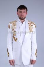 02041 Мужской белый смокинг с вышивкой (крупный план)