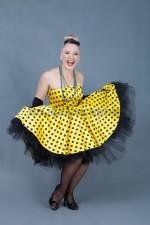 5811. Стиляга. Платье желтое в черный горошек.